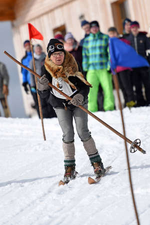 At the traditional nostalgia ski festival on the Feuerkogel, participants ride two giant slaloms with ancient skis and costumes - great fun for participants and the public.
