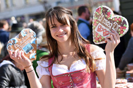 Liebstatt Sunday has been in existence since 1641. It is a typical Upper Austrian custom in the Salzkammergut. Gingerbread hearts are baked, decorated, given away and sold.