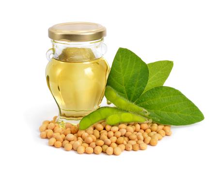 Soja-olie in een fles met groene peulen en leawes. Geïsoleerd op een witte backgraund. Stockfoto