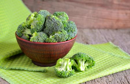 brocoli: Brócoli fresco en un tazón de cerámica.