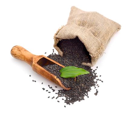 ajonjoli: Semillas de sésamo negro. Aislado en el fondo blanco.