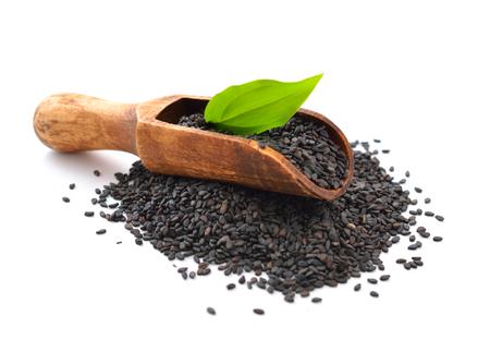 Czarne nasiona sezamu. Pojedynczo na białym tle.
