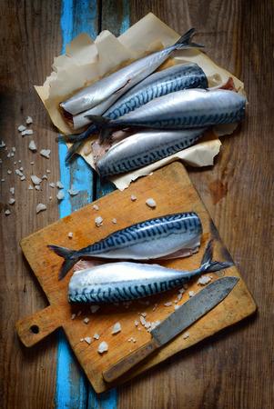 Fresh mackerel on the board. Imagens