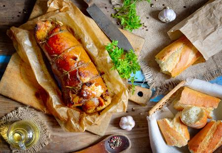 Gevulde varkenslende Roast op het bord.