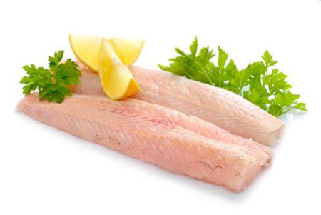 burbot: piezas de filete de pescado sin procesar merluza. Aislado en el fondo blanco.