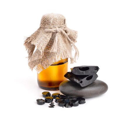 Shilajit, Mumijo. Tablets and solution isolated on white background. Foto de archivo