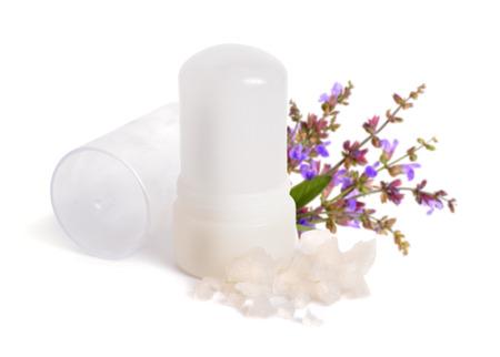 El palo de cristal mineral de aluminio y potasio se usa como un desodorante para axilas. Con sabio flover. Aislado en el fondo blanco. Foto de archivo - 91031749