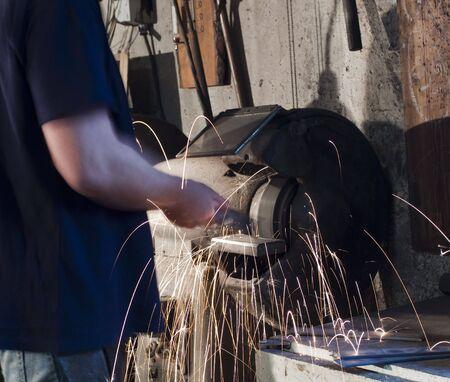 maschine: Handwerker an einer Schleifmaschine