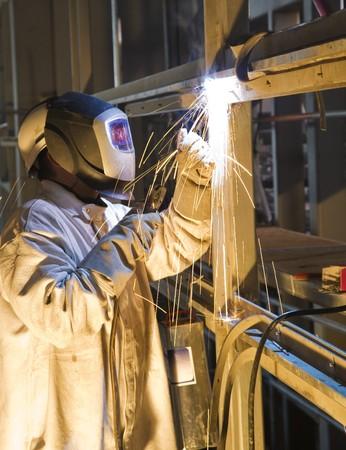 robo: Artesano con edificio y weldings en un stand de acero, Hamburgo, Alemania