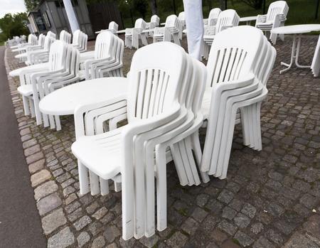 Set Aus Metall Gartenstühle Und Tische Im Restaurant. Es Ist ...