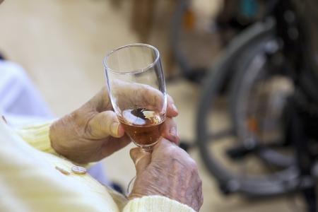 oude bejaarde met een glas champagne in hun handen Stockfoto