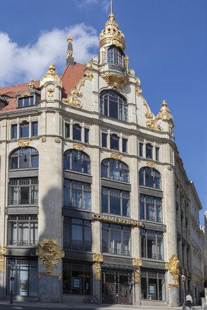 oficina antigua: ornamento restaurado en la fachada del antiguo edificio de oficinas en la Iglesia de St Thomas en Leipzig