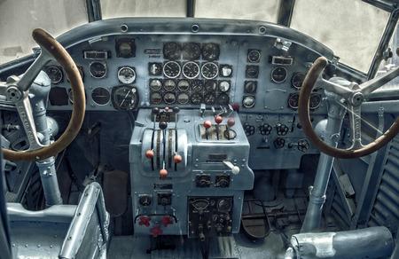 Cockpit van een oud vliegtuig