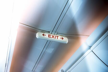 salida de emergencia: Salida de emergencia en un avi�n