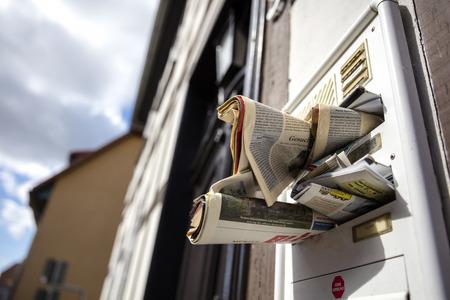 een volle mailbox in een huis Stockfoto