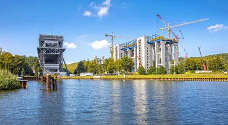 in Bau befindliches neues Schiffshebewerk in Niederfinow unmittelbar neben dem historischen alten Hebewerk