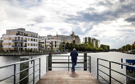 een man staat aan het water in Berlijn Tegel