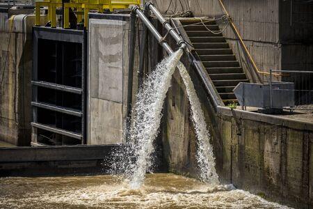 aguas residuales: caño de agua
