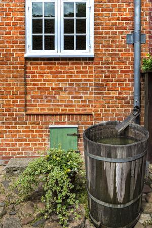 tonne: Rain barrel in the garden