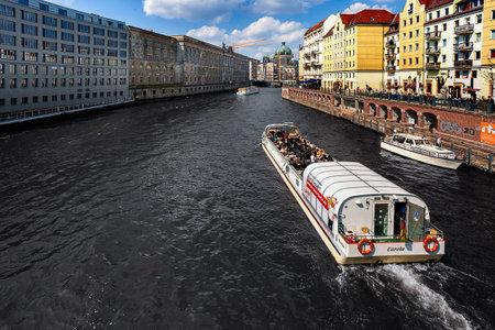 Hintergrund: Blick auf die Spree mit Hausfassaden des Nikolaiviertel und dem Berliner Dom im Hintergrund, Berlin, Deutschland Editorial