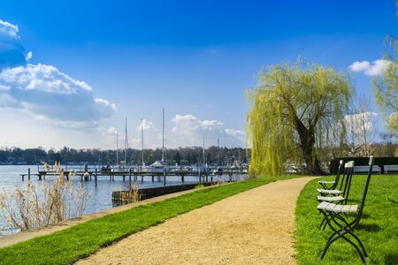 frhling: Footpath at Wannsee in Berlin