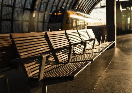 reisen: Sitzbänke am Hauptbahnhof in Berlin Stock Photo