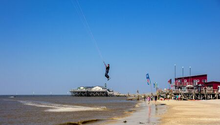 surfen: kitesurfer at the north sea