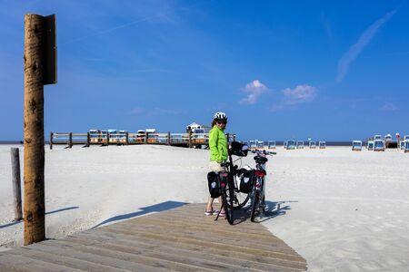 reisen: Cyclist on beach