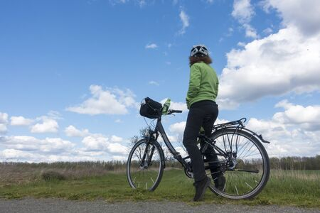 reisen: Cyclist in the nature
