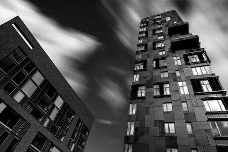 Wolkenkratzer weiß in schwarz Standard-Bild