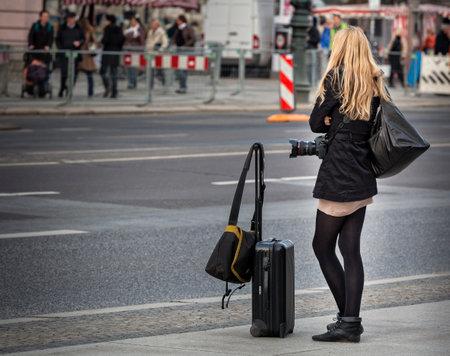 Een vrouw die op de taxi wacht