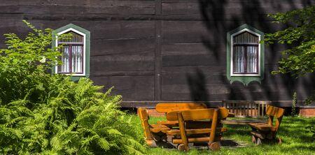Jardin avec meubles en bois Banque d'images - 81931638