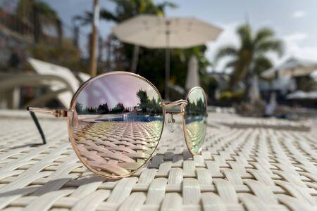 선글라스는 수영장 옆 해변 의자에 누워있다 스톡 콘텐츠