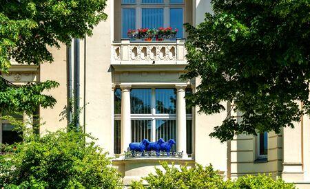 Blaue Schafe auf einem Balkon
