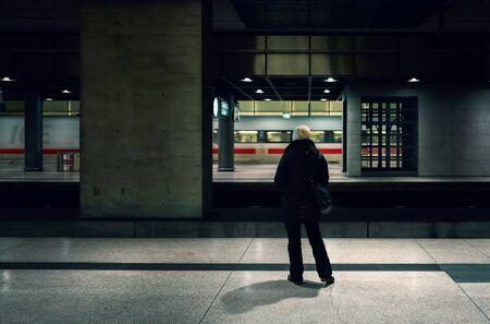 Une femme à Berlin attend le train