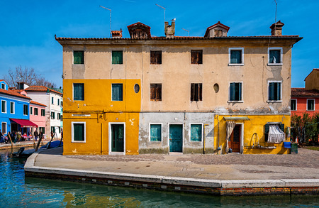 Colorful houses on the island Burano at Venice Redactioneel