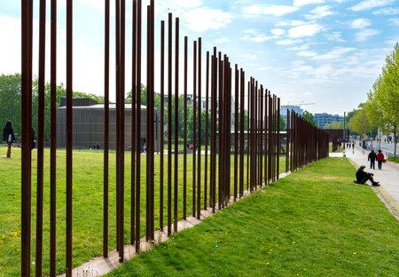 Rusty iron bars at the Berlin Wall Memorial Редакционное
