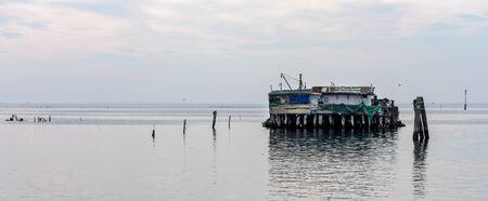 Fischerhütten im Meer bei Venedig Standard-Bild