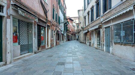 Wohnhäuser, Wasserkanäle, Sehenswürdigkeiten, Boote und Touristen in Venedig, Italien