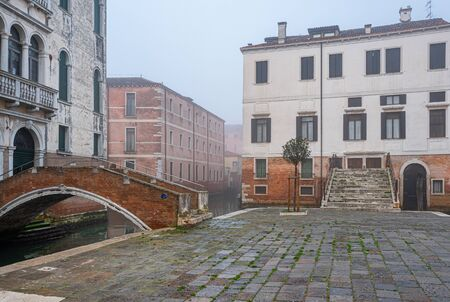 Residential houses, water channels, sights, boats and tourists in Venice, Italy Banque d'images - 134794765