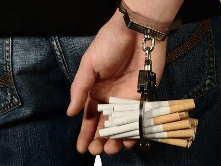 Angekettet an Tabak.  Lizenzfreie Bilder