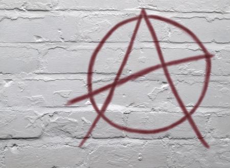 paredes de ladrillos: S�mbolo de anarqu�a rojo de graffiti urbano en ladrillo Encalada