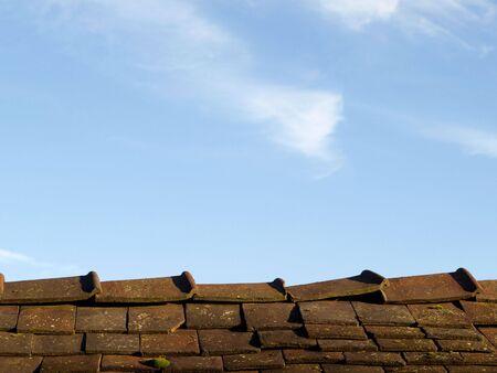 ridges: Un tetto con tegole cracker contro il cielo blu di sfondo Archivio Fotografico
