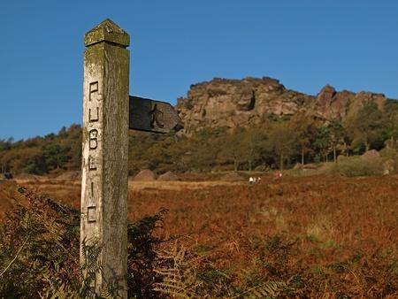 Wooden öffentlichen Fußweg unterzeichnen die Kakerlaken, Peak District Nationalpark Lizenzfreie Bilder
