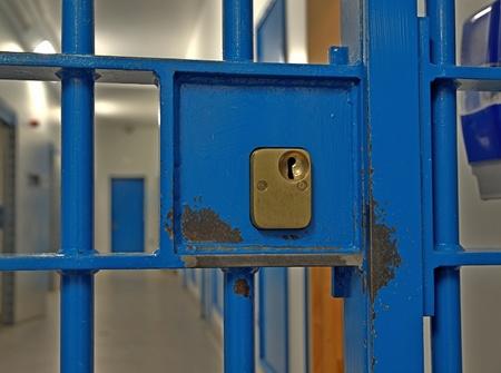 rejas de hierro: Bloqueo de la puerta prisión de cerca Editorial
