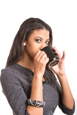 mujer tomando cafe: preciosa joven mujer afro-Anerican bebe de la taza de café Foto de archivo