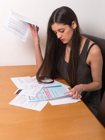 junger Student über unbezahlte Rechnungen und Studenten Darlehen besorgt