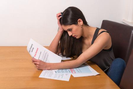 estudiantes: joven estudiante preocupado sobre cuentas no remunerado y de préstamos estudiantiles