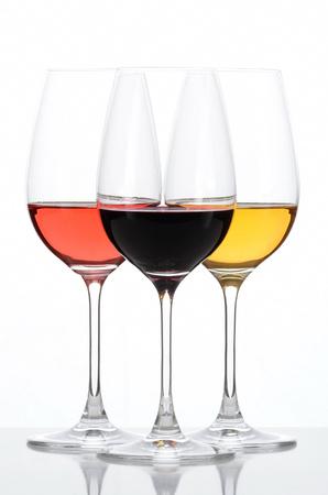 witte achtergrond: Drie gekleurde glazen wijn. Rood, Rose, Wit