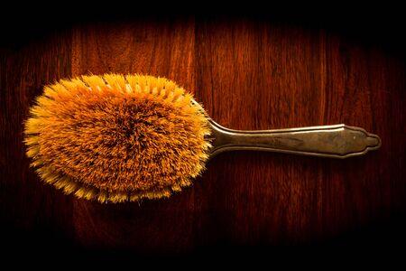 Brosse � cheveux vintage sur bois fonc� solide